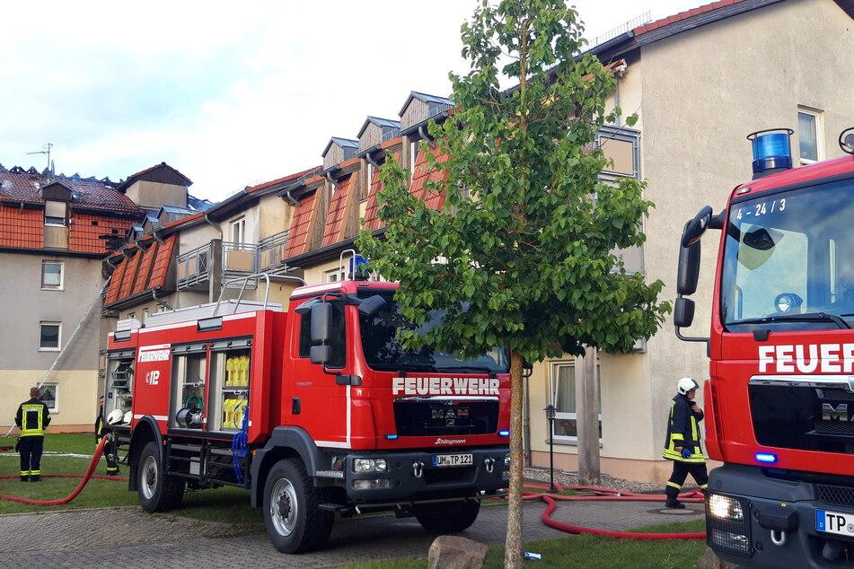 Feuerwehrfahrzeuge stehen vor dem Gebäude des Pflegeheims.