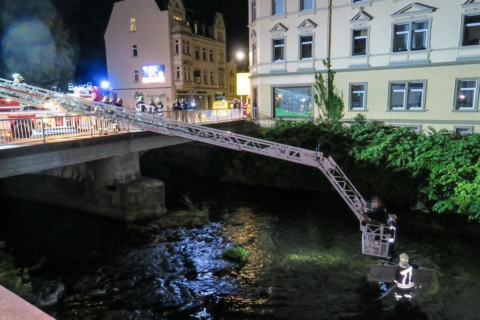Erzgebirge: Mutmaßlicher Einbrecher landet im Fluss