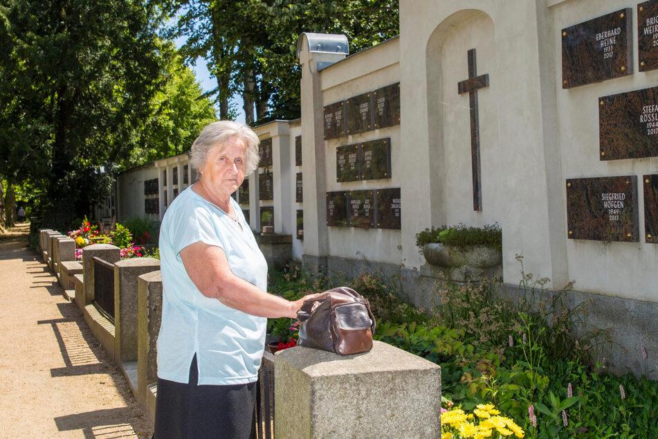 Renate N. (74) am Grab ihres Mannes. Hier wurde die Seniorin beraubt.