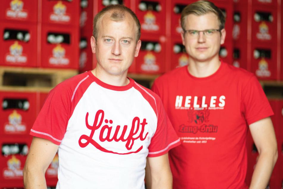 Der Geschäftsführer der Brauerei Lang-Bräu, Richard Hopf (l.) steht mit seinem Bruder und Stellvertreter Rudolf Hopf im Lager von Lang-Bräu.