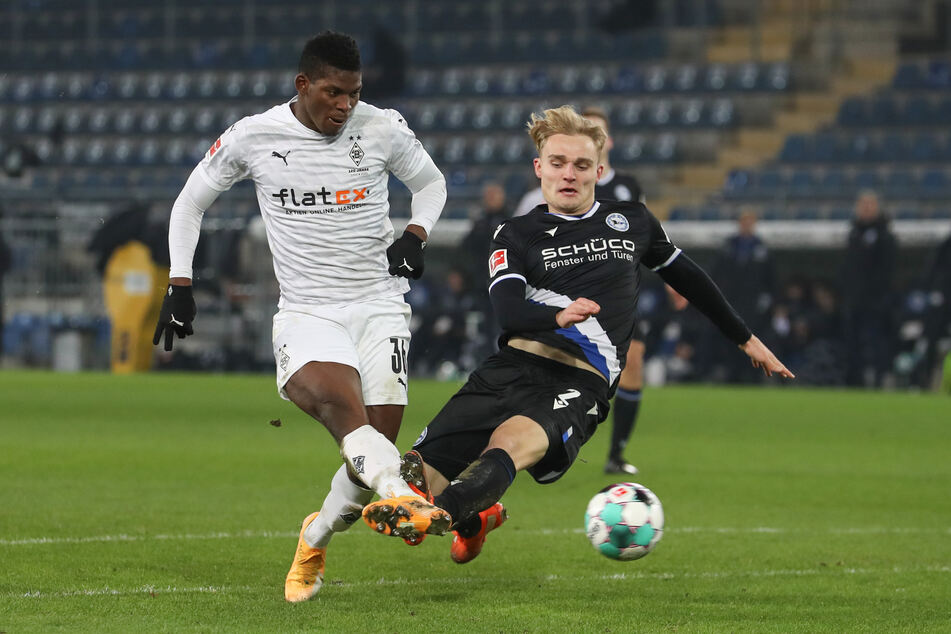 Im Hinspiel der vergangenen Saison erzielte Breel Embolo (24, l.) für die Borussia das goldene Tor zum 1:0-Sieg gegen den Bielefeld. Verteidiger Amos Pieper (23) kam zu spät herangeflogen.