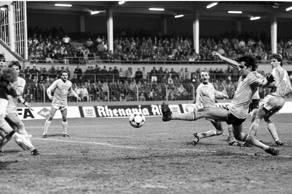 Ralf Minge, der das 1:0 für Dynamo erzielte, grätscht in einen Ball. Einige Quellen schreiben den Uerdinger Ausgleich zum 3:3 durch Larus Gudmundsson auch dem Dresdner zu, weil der den Ball per Kopf ins eigene Tor abgefälscht hatte.