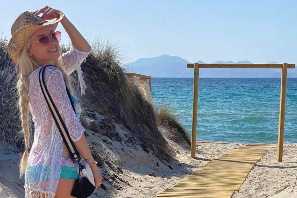 Mia Julia genießt den Strand und das Meer unter der griechischen Sonne.