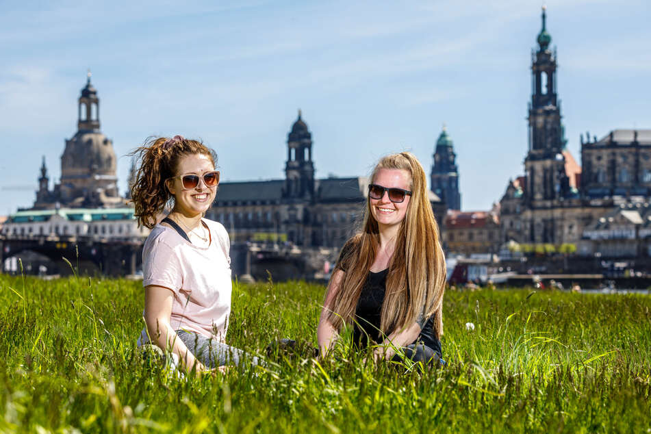 Die Freundinnen Julia P. (29) und Cindy K. (29) sitzen im Sonnenschein auf den Elbwiesen.