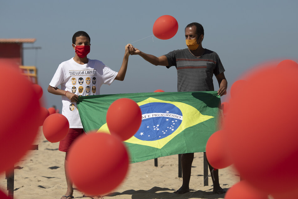 In Brasilien wurden rote Luftballons zu Ehren der Opfer von COVID-19 bei einer Demonstration am Strand der Copacabana freigesetzt.