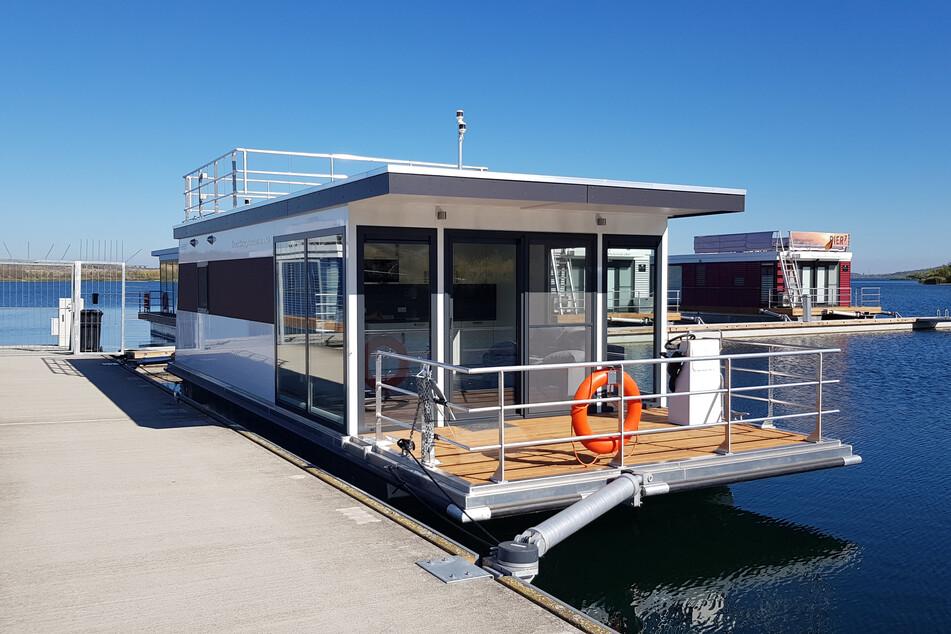 Auf dem Wasser wohnen oder Urlaub machen: Die schwimmenden Häuser sind schon längst die Lieblingsherbergen am Bärwalder See.