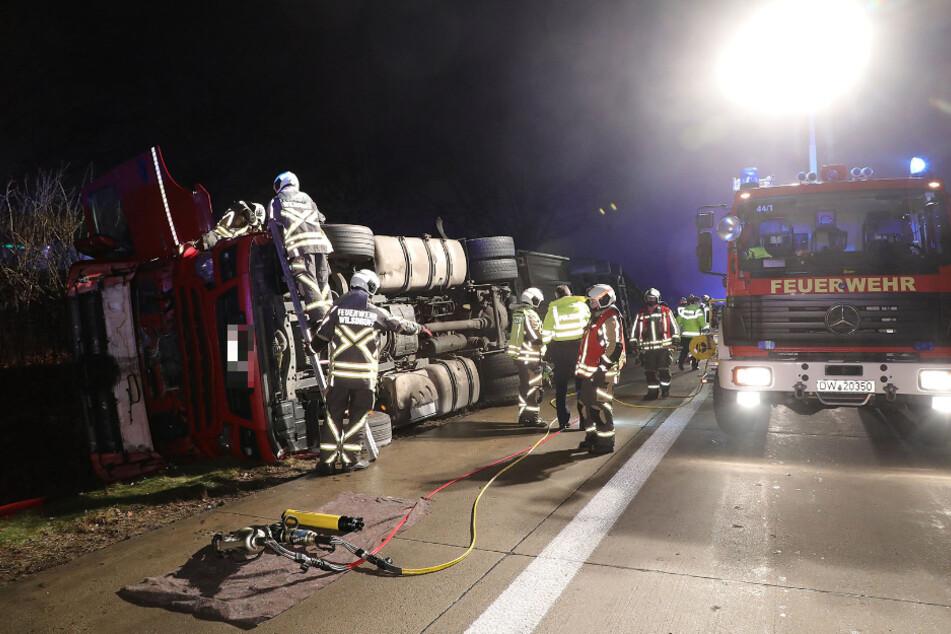 Einsatzkräfte der Feuerwehr nahmen die ausgelaufenen Betriebsstoffe auf.