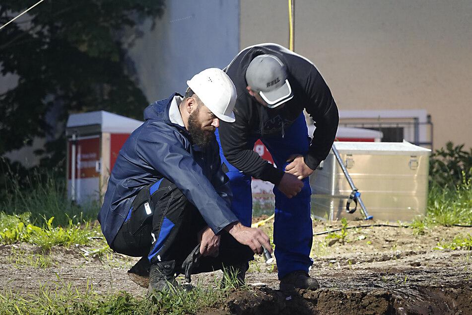 Experten schauten während der Grabung immer wieder gespannt ins Loch.