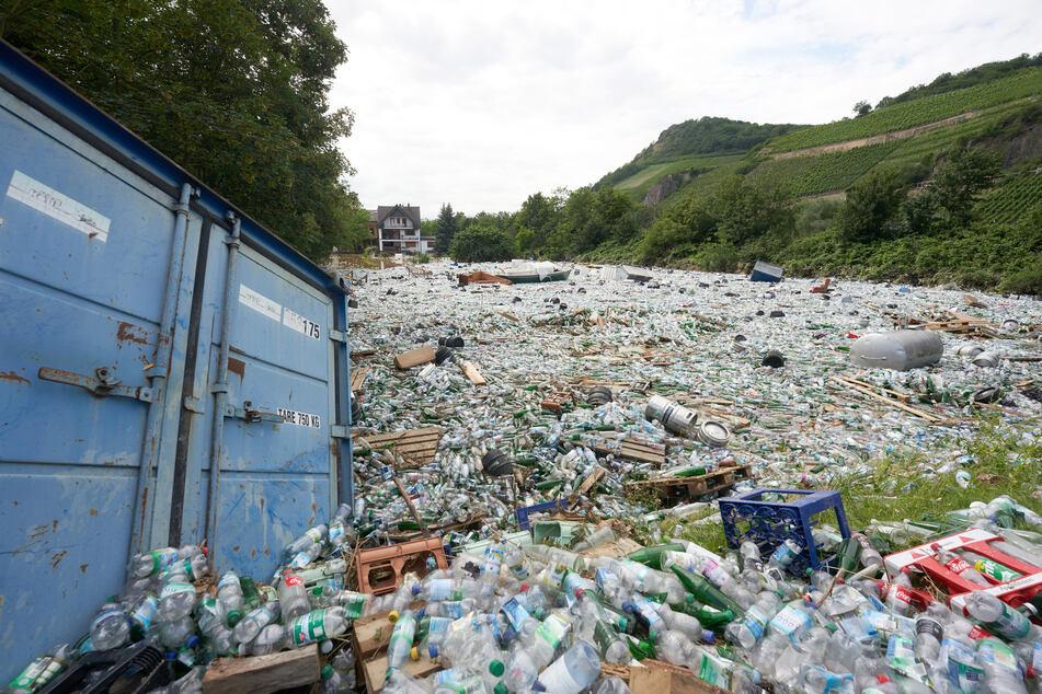 Der Lagerplatz eines Getränkemarkts in Bad Neuenahr steht unter Wasser.