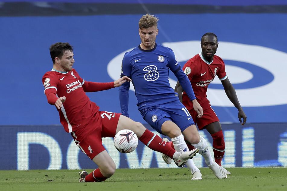 Andrew Robertson (l.) von Liverpool und Timo Werner kämpfen um den Ball.