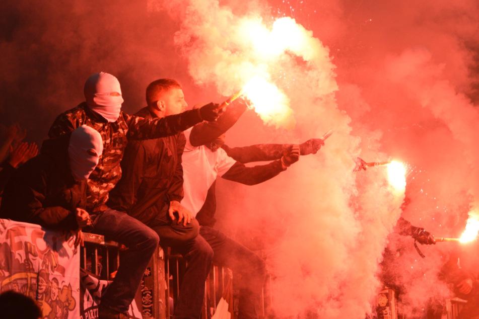 Bei dem Stadt-Derby im September 2019 zündeten Fans beider Lager verbotene Pyro-Technik. (Archivbild)