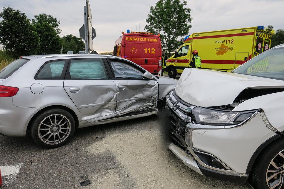 Vorfahrt nicht beachtet: Zwei Verletzte bei schwerem Kreuzungs-Crash