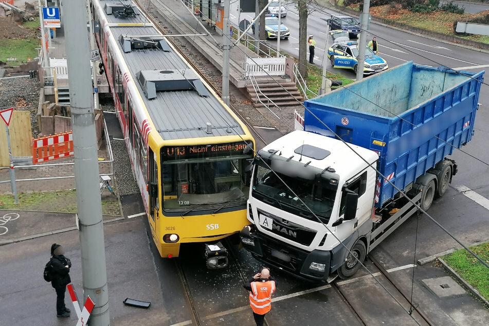 Laster kracht in Stadtbahn: Bahnverkehr in Stuttgart unterbrochen
