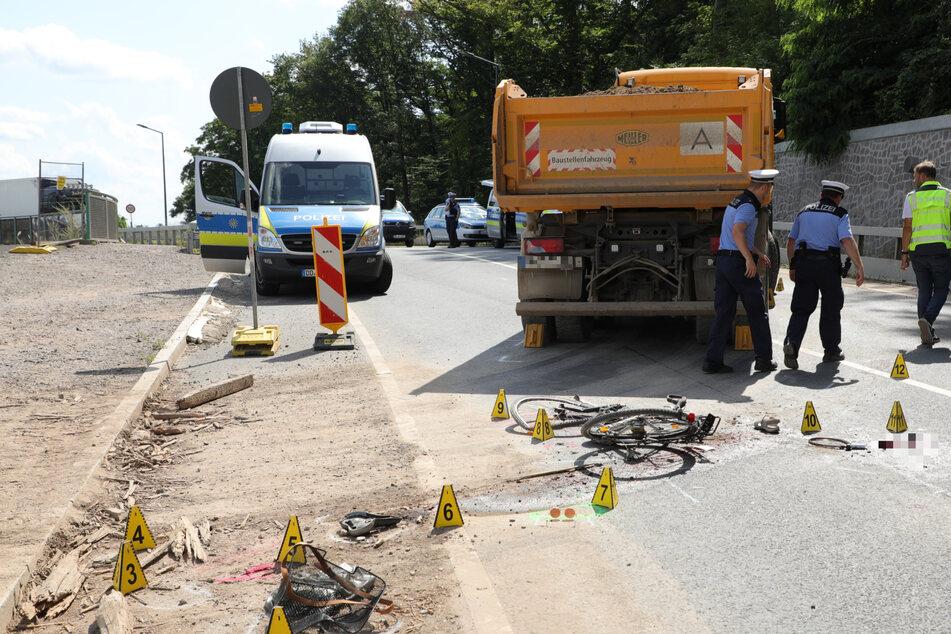 Unfall am Stausee Cossebaude: Radfahrerin kollidiert mit Laster und wird schwer verletzt