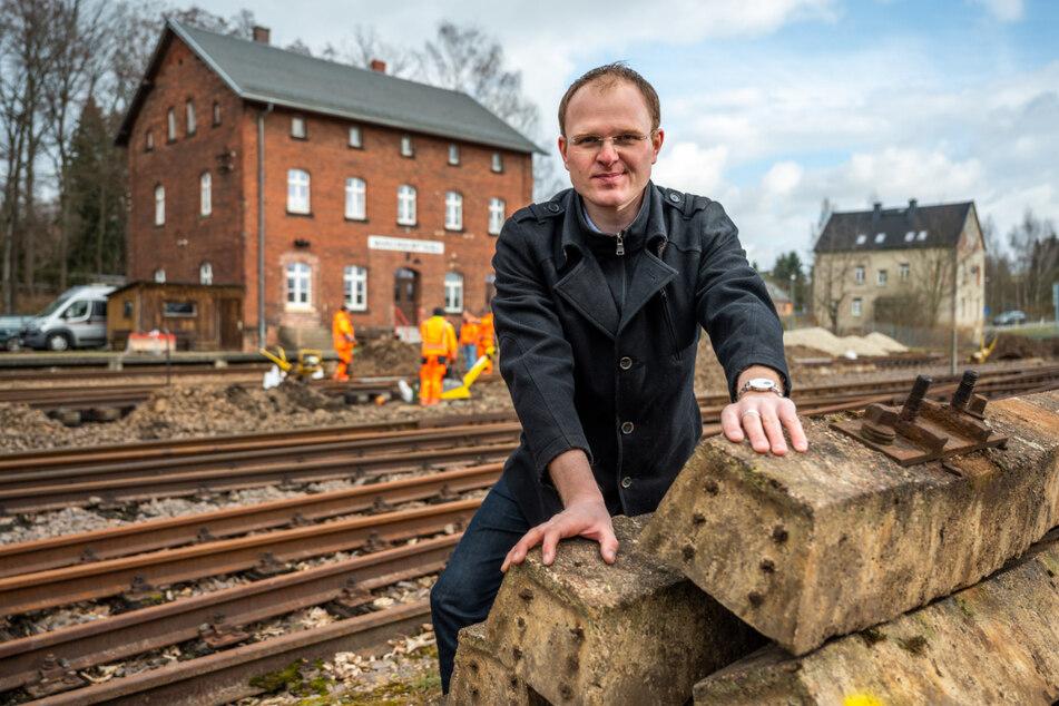 Vereins-Chef Robin Helmert (39) sucht noch Paten, die neue Schwellen finanzieren.