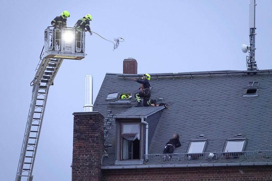 Beziehungs-Drama: Frau klettert aufs Dach, Feuerwehr muss anrücken