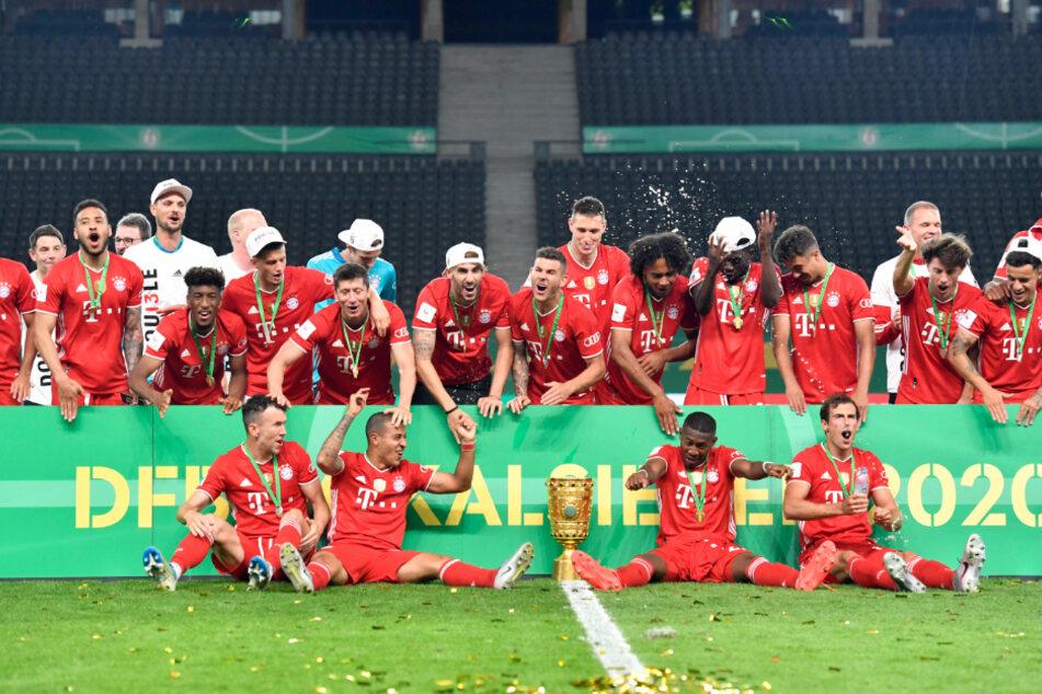 Die Bayern-Spieler feiern mit dem DFB-Pokal.