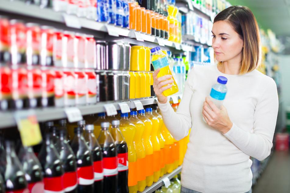 Beim Kauf von Getränken sollte man darauf achten , dass der Sicherheitsring am Verschluss unversehrt ist. (Symbolbild)
