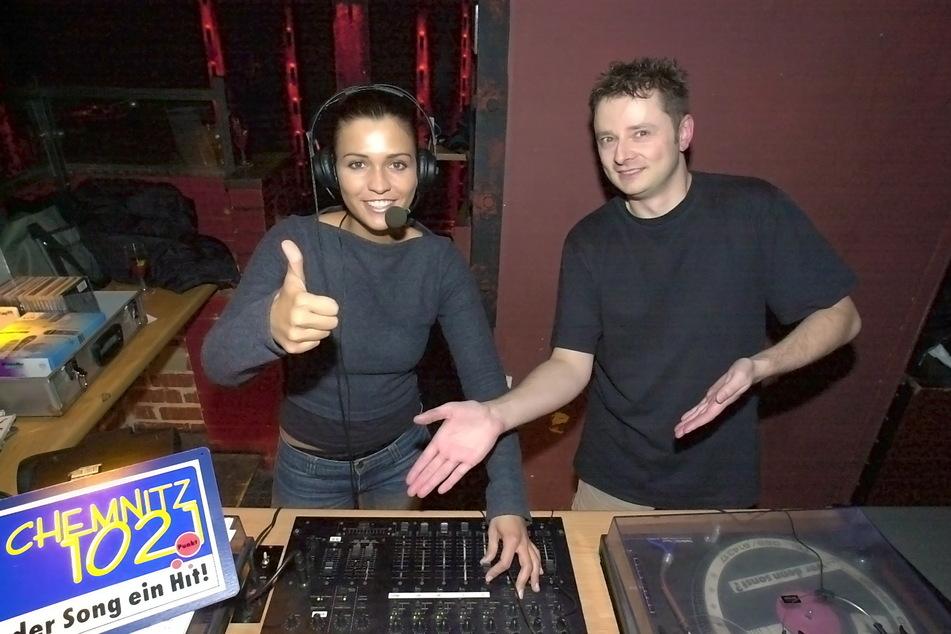 """""""Freitagnacht""""-Party von Radio Chemnitz, November 2001: Lutz Escher und Nadine Friedel legen im """"Stadtkeller"""" auf."""