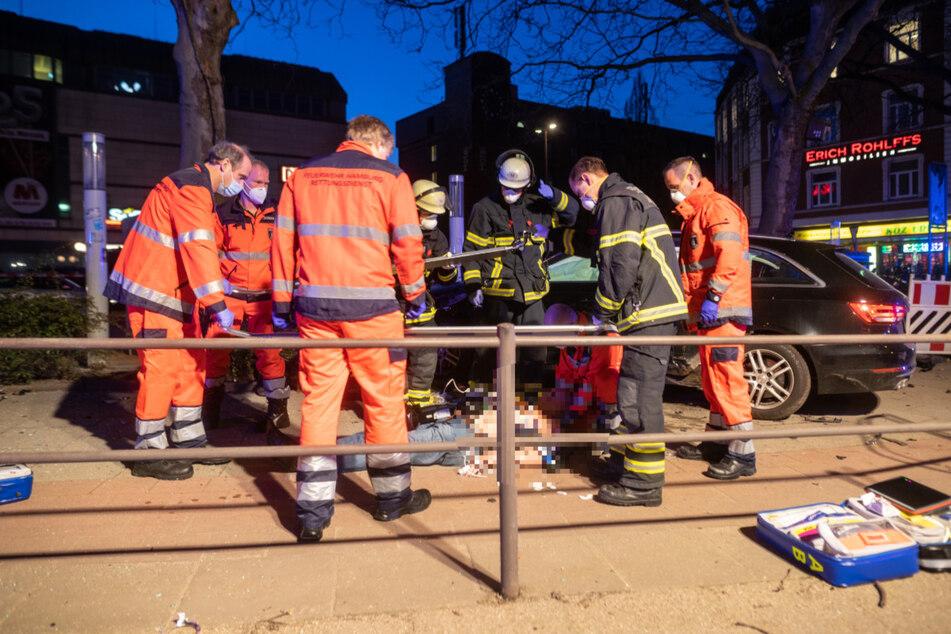Auto durchbricht Absperrung und rast über Fußgängerweg: Zwei Verletzte!