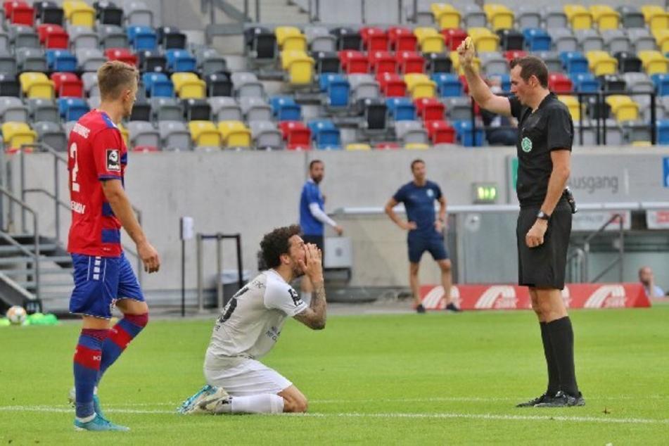 Alles Flehen und Bitten half nichts: Schiri Mitja Stegemann zeigte Philipp Hosiner nach einem eher harmlosen Foul die gelbe Karte. Es war die zehnte für den Top-Torjäger des CFC!