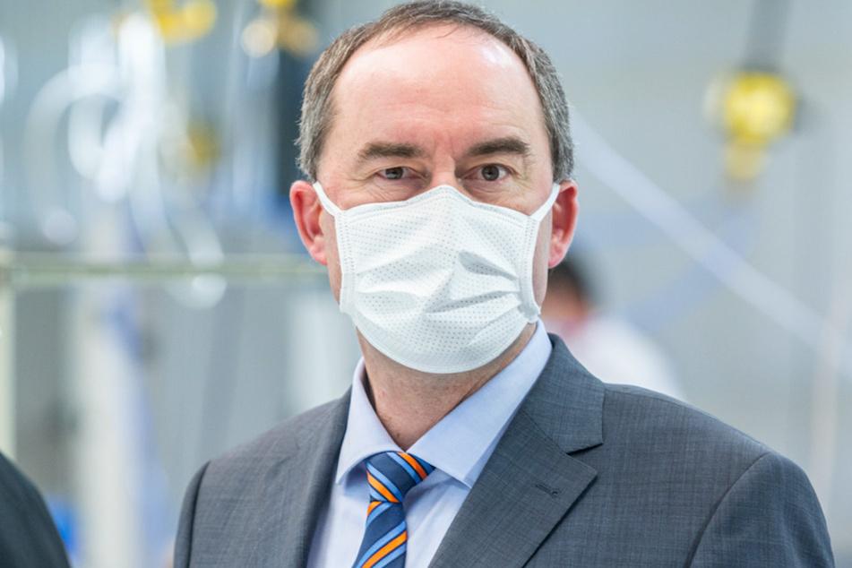 Hubert Aiwanger (Freie Wähler), Bayerns Wirtschaftsminister, trägt eine Mundschutzmaske.