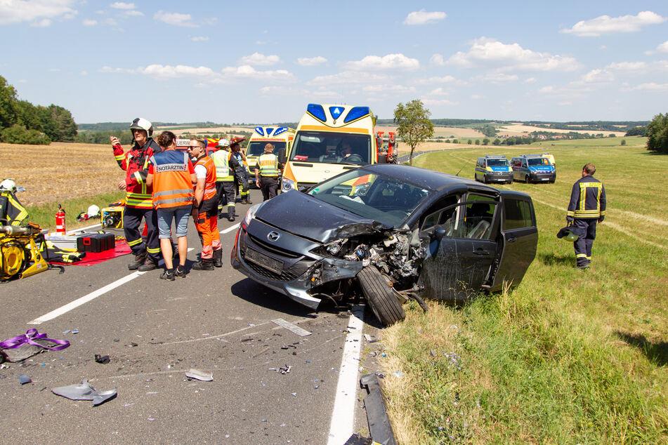 Die zwei Personen im Mazda wurden schwer verletzt in umliegende Krankenhäuser gebracht.