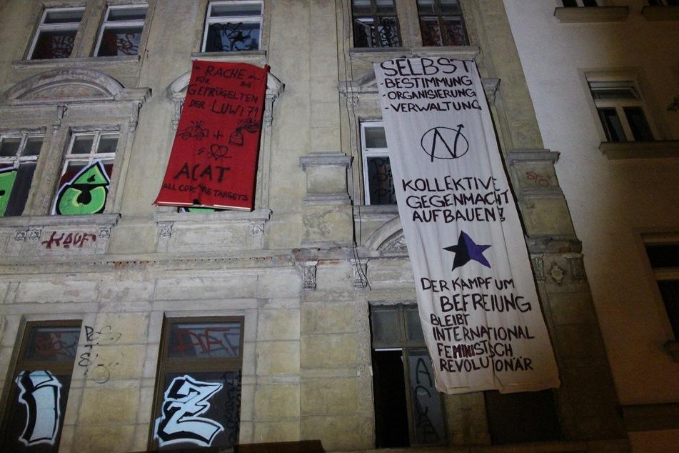 In der Bornaischen Straße wurde ein Haus mit Bannern behängt.