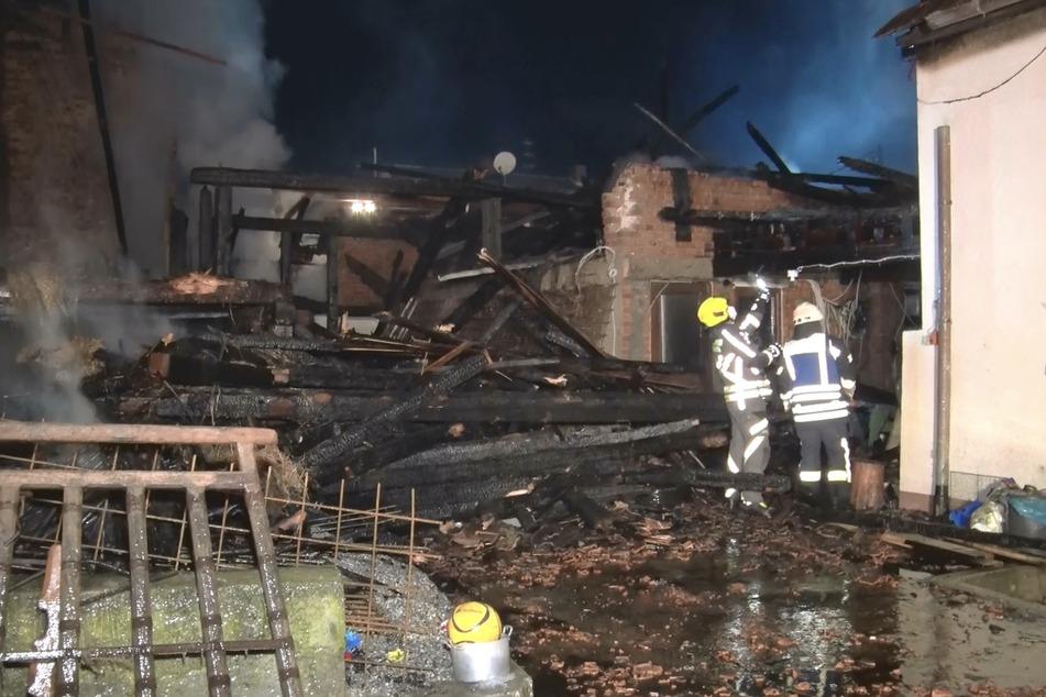 Flammen von Scheunenbrand greifen auf Wohnhaus über: 15-Jähriger verletzt