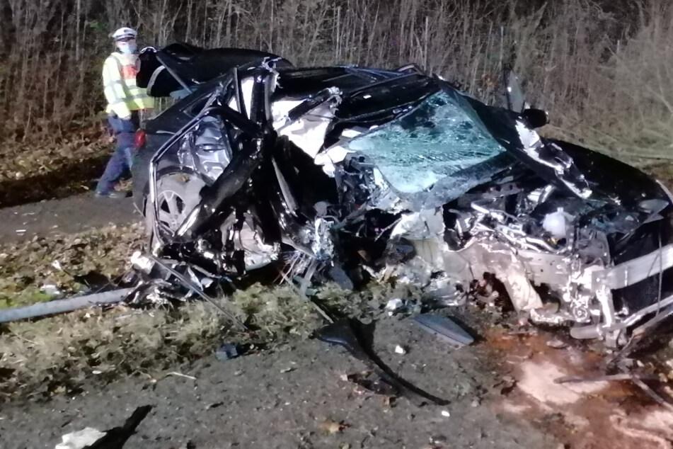 Autofahrer befreit sich nach heftigem Unfall aus schwer beschädigtem Wagen