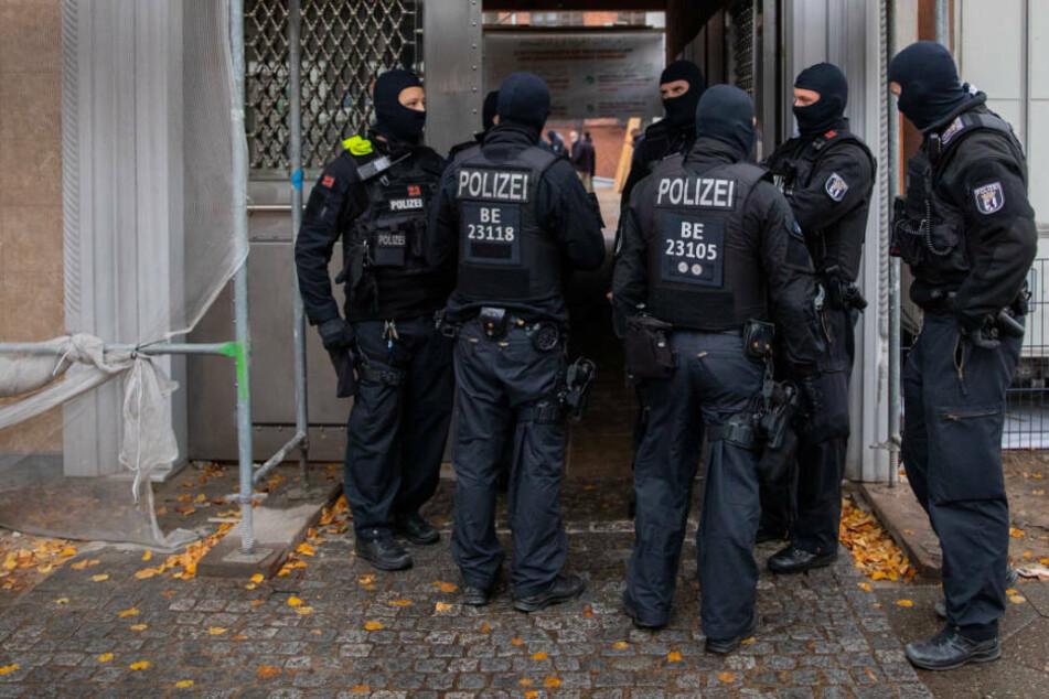 Polizeibeamte stehen am Eingang der Mevlana Moschee in Berlin-Kreuzberg. Seit Mittwochmorgen läuft hier eine Razzia wegen des Verdachts auf Corona-Hilfe-Betrug.