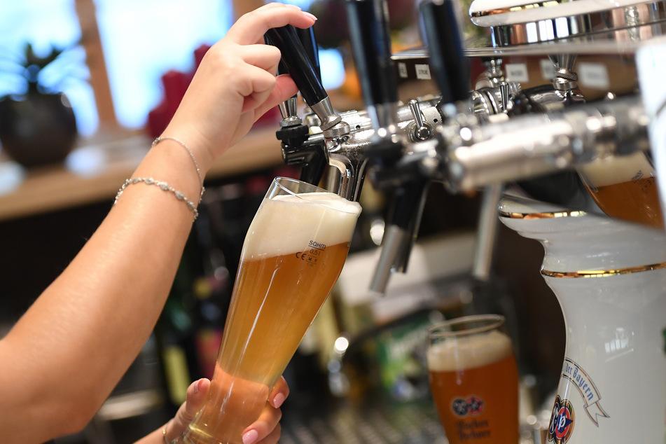 Bier wird aktuell nur im privaten Haushalt gezapft. (Symbolbild)