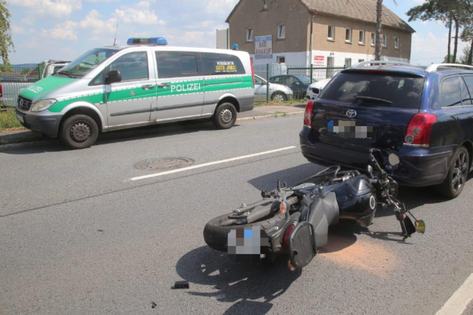 Vollsperrung nach Unfall: Zwei Autos und ein Motorrad verwickelt