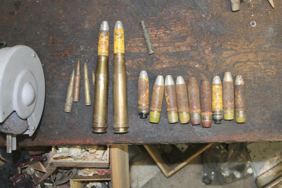 Die Polizei veröffentlichte Bilder der sichergestellten Gegenstände. Unter den Verdächtigen ist auch ein Soldat.