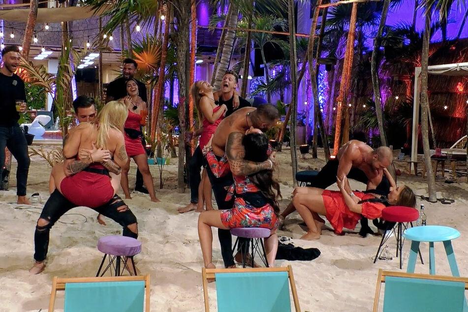 """Die Männer liefern den Ladys bei """"Ex on the Beach"""" eine heiße Strip-Einlage."""