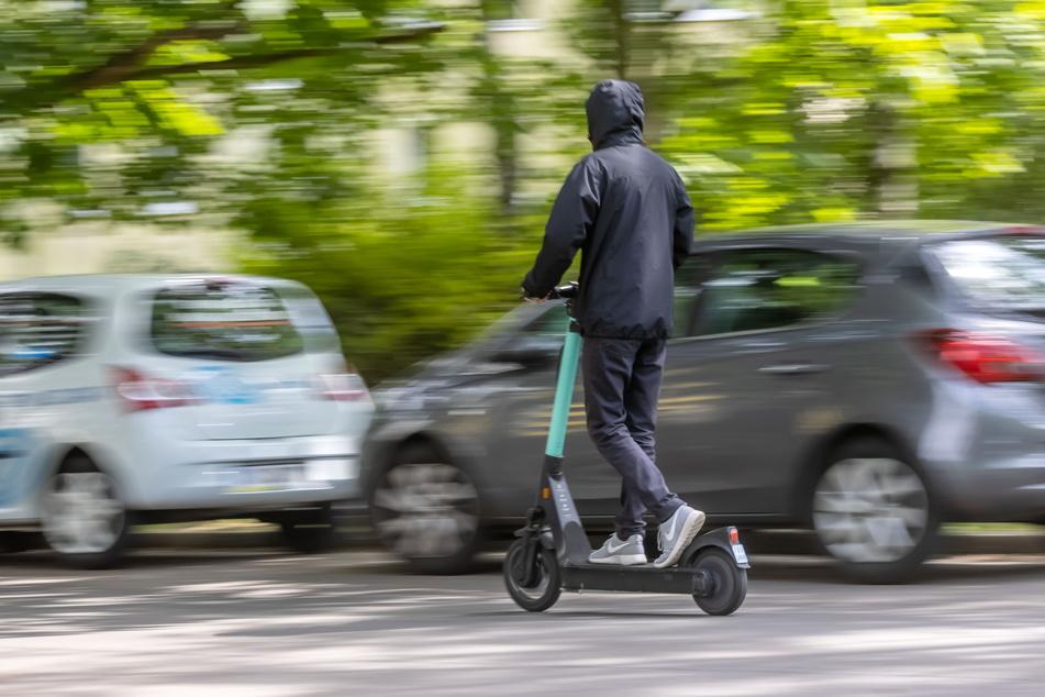 Viele Nutzer missachten die Regeln der Roller-Anbieter und parken kreuz und quer.