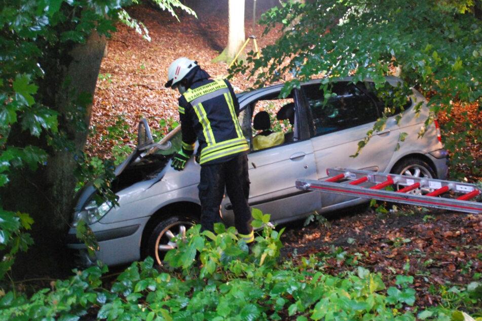 Autofahrerin prallt gegen Baum und wird in Wagen eingeklemmt