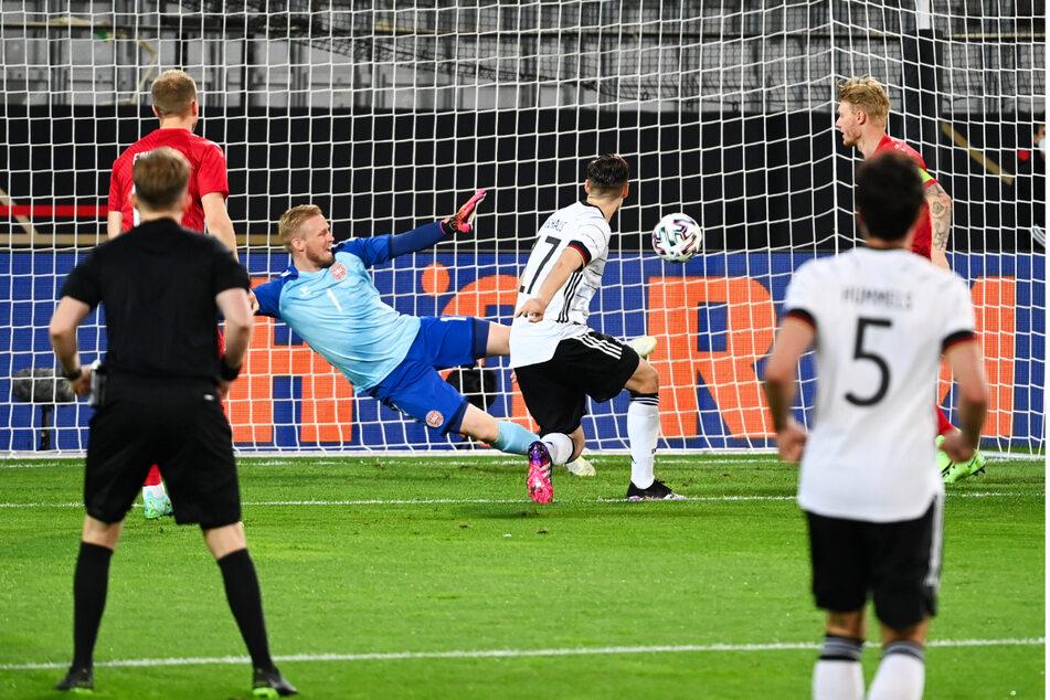 Florian Neuhaus (3.v.r.) schaltet am schnellsten und drückt das Leder aus fünf Metern mit rechts zum 1:0 in die rechte Ecke, während Kasper Schmeichel (3.v.l.) nach links springt.