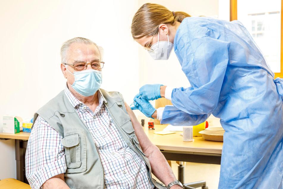 """Ein kleiner Piks genügt: Dieter Leue (83) ließ sich am Montag im Sozialamt von Ärztin Stella Kaleth (26) mit """"Johnson & Johnson"""" impfen."""