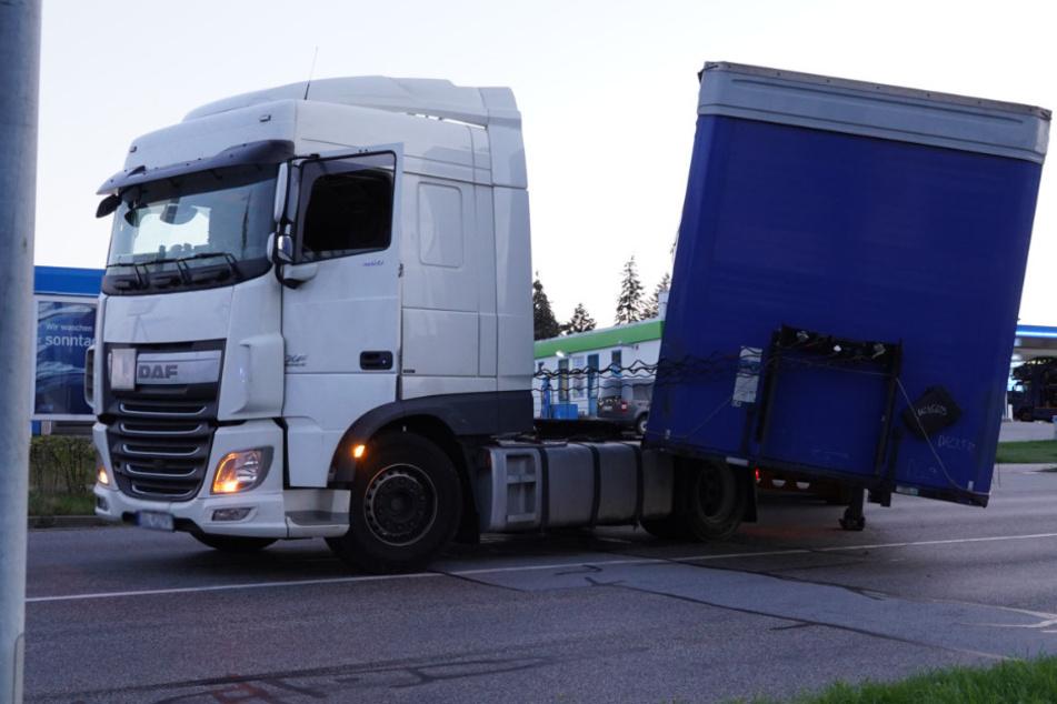 Der polnische Lkw verlor bei der Ausfahrt aus dem Tankstellenbereich seinen Sattelauflieger.