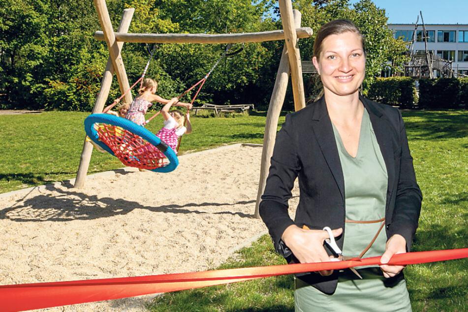 Schul- und Hortleiterin Nelly Jakubowski (40) eröffnet den Spielplatz symbolisch.