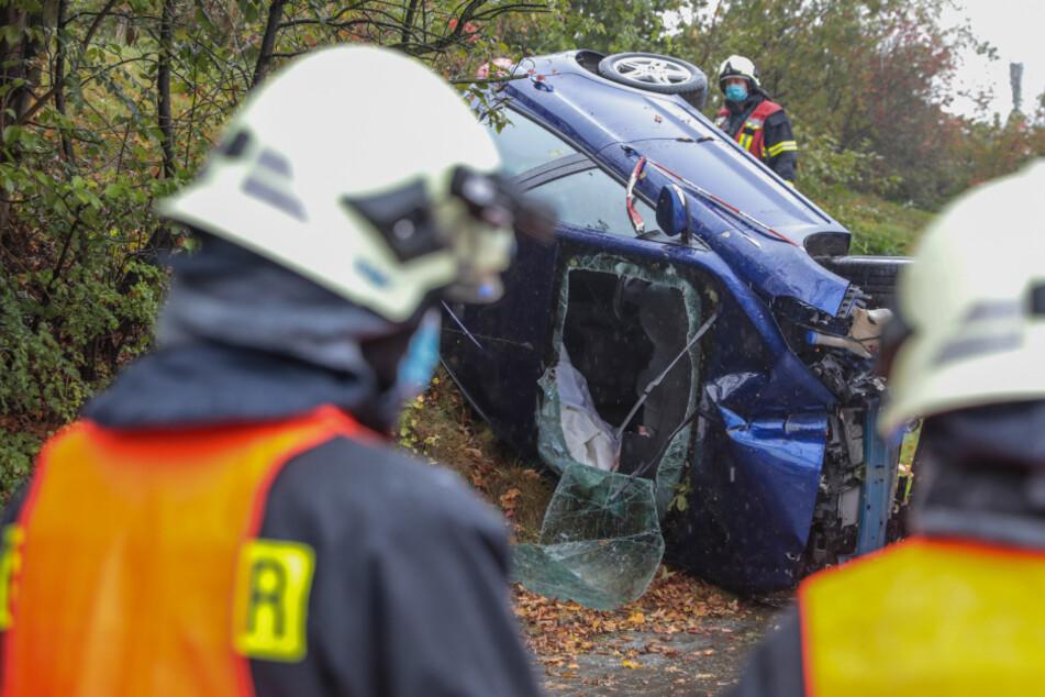 Heftiger Unfall: Auto überschlägt sich, Insassen werden eingeschlossen