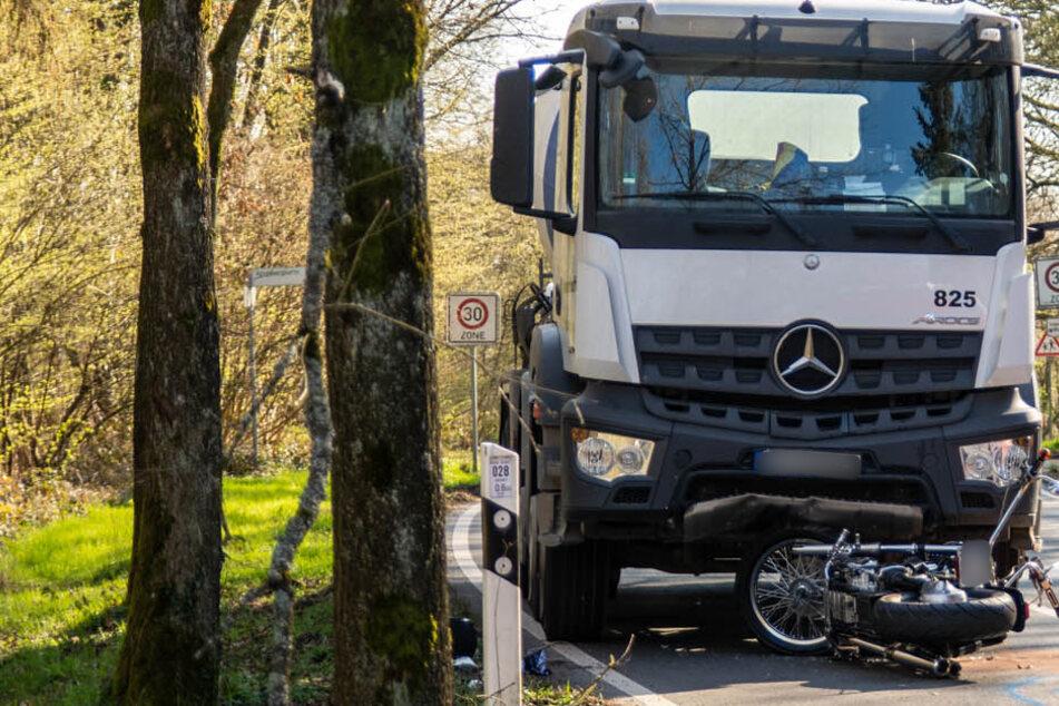 Tödlicher Unfall: Motorrad-Fahrer stirbt nach Zusammenstoß mit Lastwagen