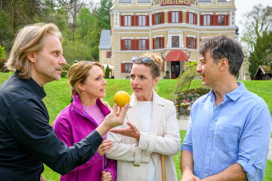 Bei einer Partie Krocket im Park mit Rosalie (2.v.l., Natalie Alison) und Cornelia (3.v.l., Deborah Müller) nimmt der Ehrgeiz bei Michael (l., Erich Altenkopf) und Robert (r., Lorenzo Patané) überhand.