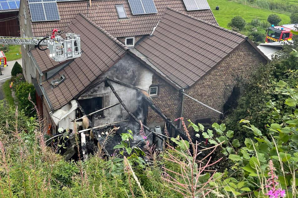 Der Wintergarten eines Bauernhofs ist komplett ausgebrannt. Die Flammen drohten, auf ein Wohnhaus überzugreifen.