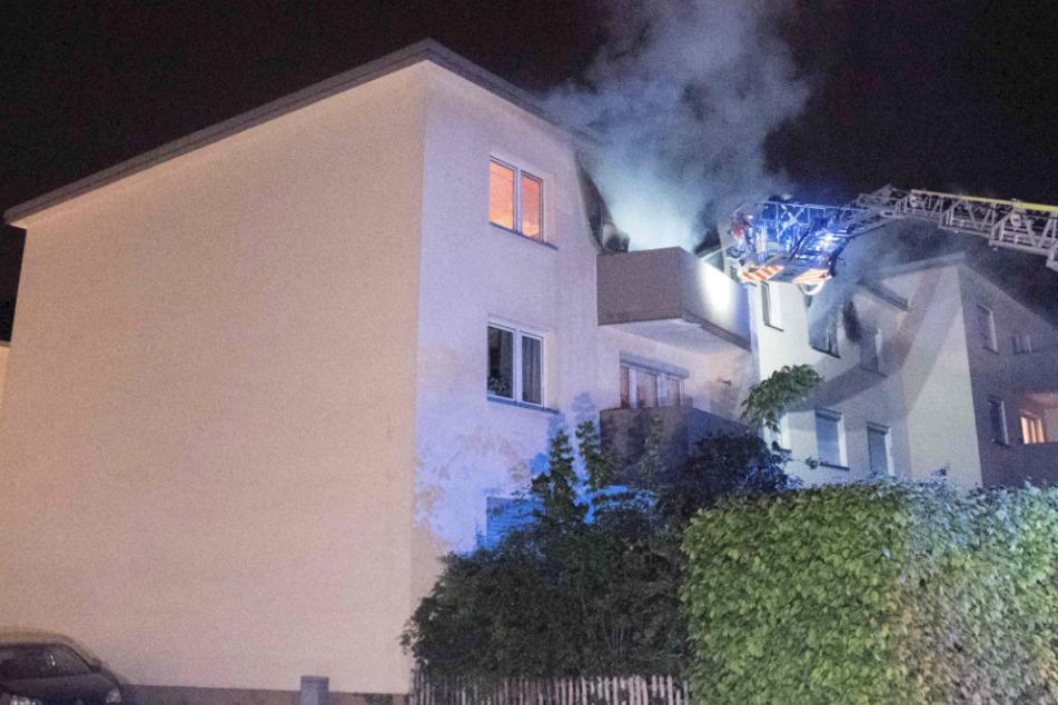 Die Einsatzkräfte konnten durch ihr schnelles Eingreifen weitere sechs Personen und eine Katze aus dem brennenden Gebäude in Leverkusen retten.