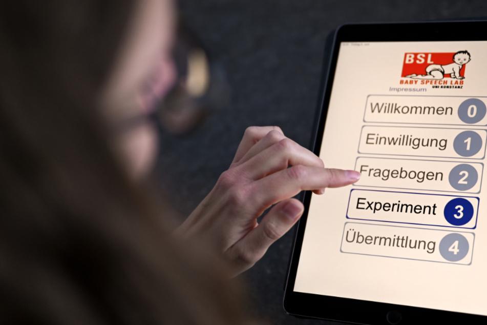 Monika Lindauer, Linguistin und Labormanagerin des Baby-Sprach-Labors an der Universität in Konstanz, hält ein Tablet in der Hand.
