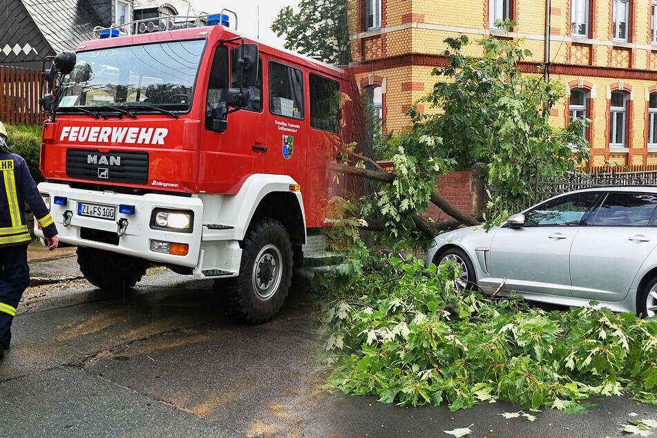 """Überspülte Straßen, Blitzeinschläge und mehr: Gewitterfront """"Sylvia"""" hält Retter auf Trab!"""