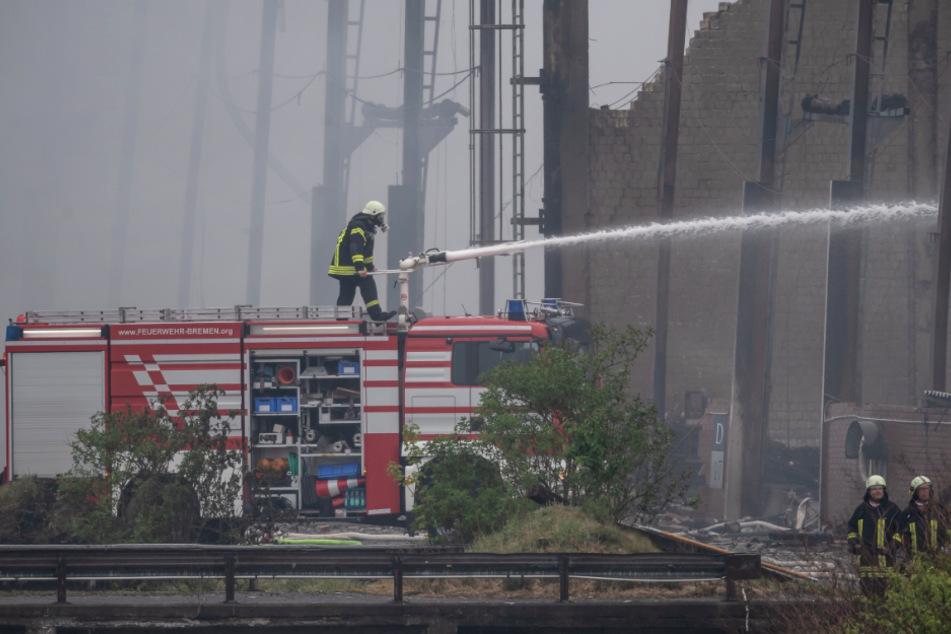 Feuerwehr kämpft zweiten Tag gegen Großbrand: Jetzt sollen Bagger helfen