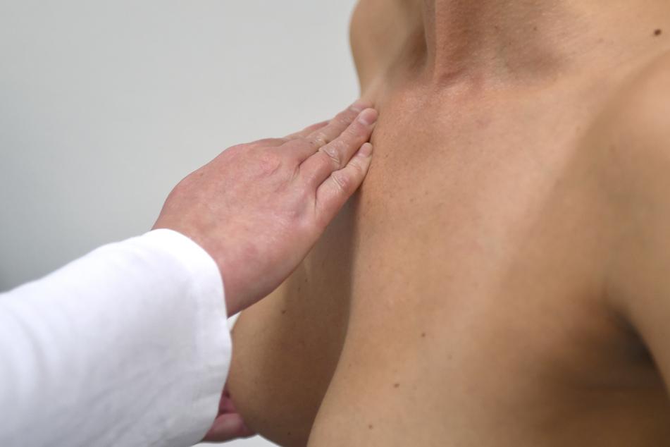 Eine Medizinerin untersucht die Brust einer Patientin (Symbolbild).